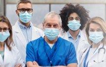 Médicos con máscaras